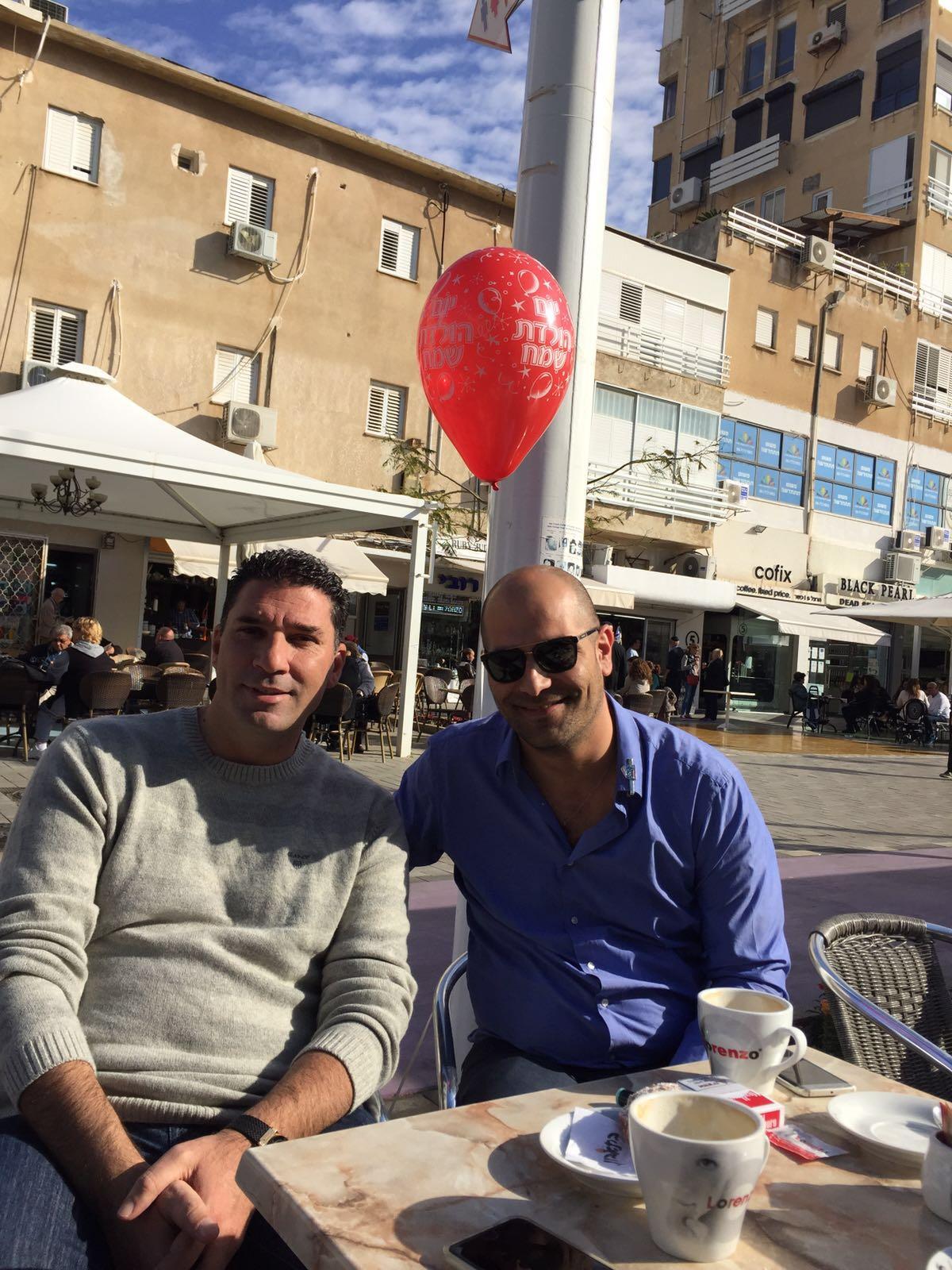 ברכות חמות... יוסי סחלי פותח את חגיגות המומולדת על קפה בפורג'ינו עם החבר ואיש העסקים מנשה זוארץ