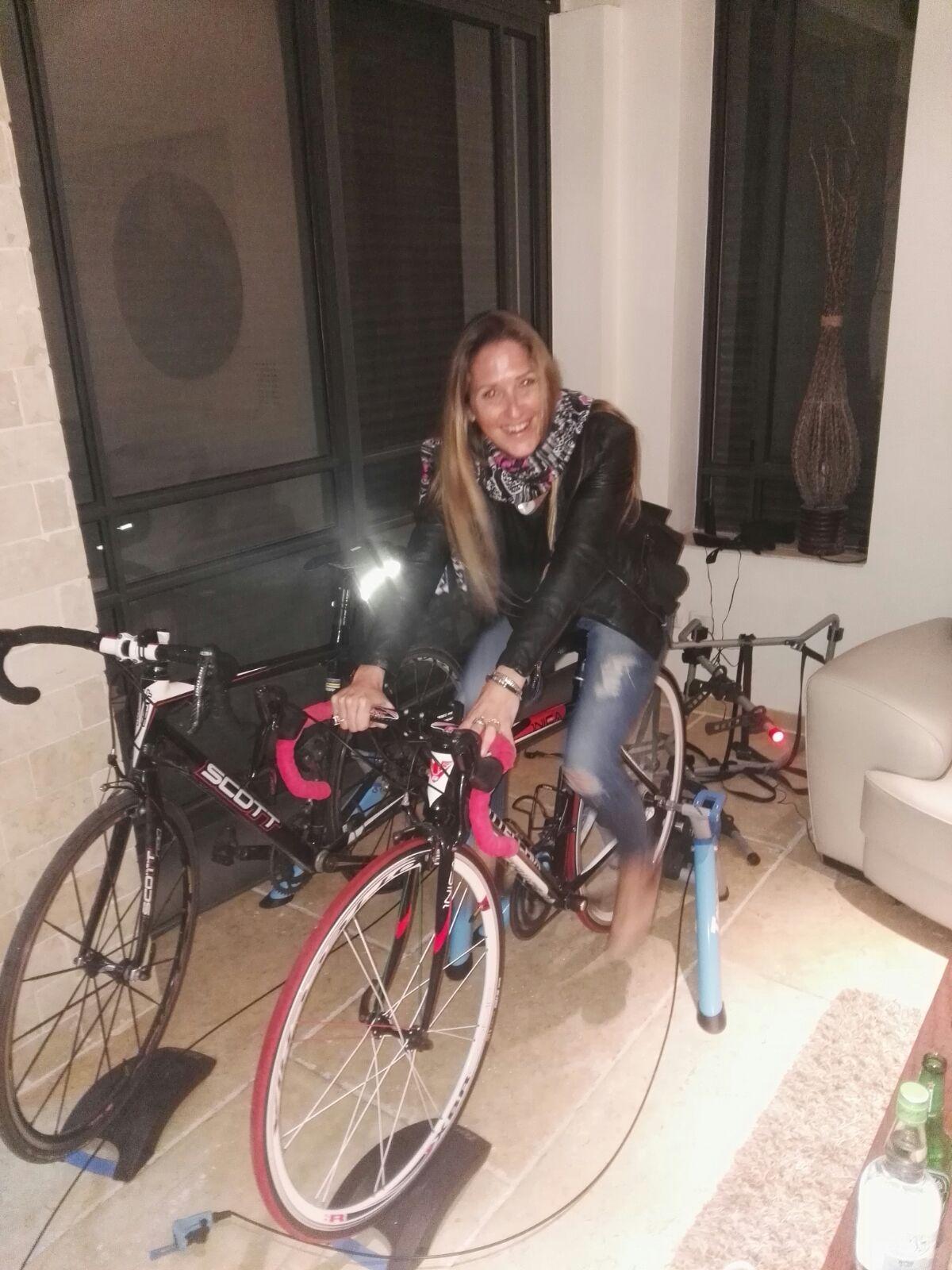 על ג'ינס ועקבים... ונסה ברנס לא מתחברת לטרנד האופניים
