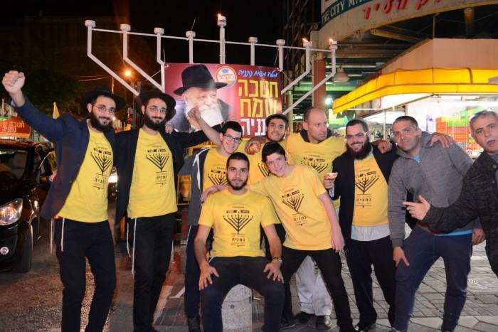 עם ישראל חי... פעילי מטה משיח מאירים את העיר
