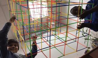 בית ספר זה משחק ילדים משחק במרחב הלמידה בבית הספר שזר. צילום - עצמי