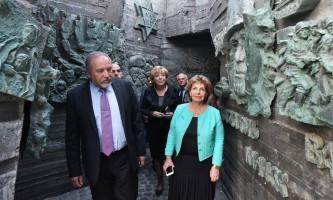 בשם ההזדהותץ ליברמן,  לנדוור וראש העיר באנדרטת הנצחון. צילום - רן אליהו