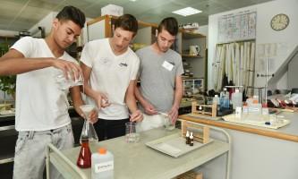 האלכימאים תלמידים מדגימים ניסויים בכימיה