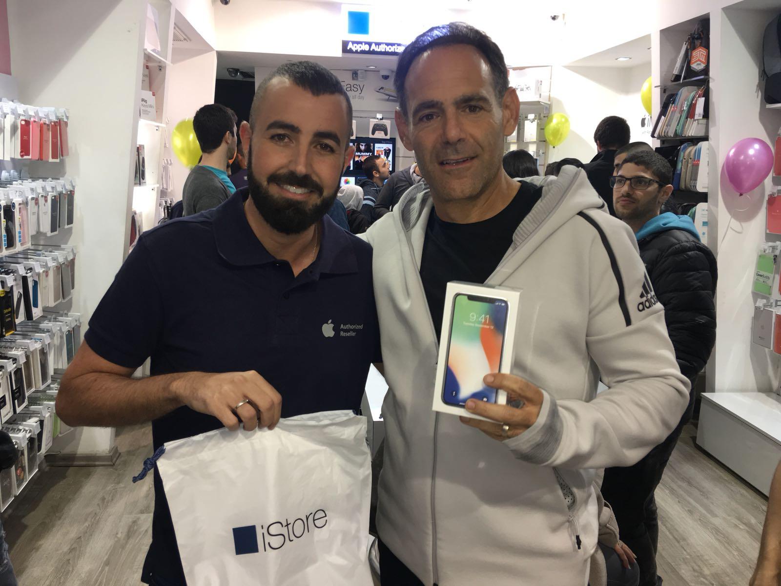 התחדש באייפון... דני רופ כאחרון מושבעי האייפון X וחיים זגורי בעלי רשת iStore צילם אל בוקר