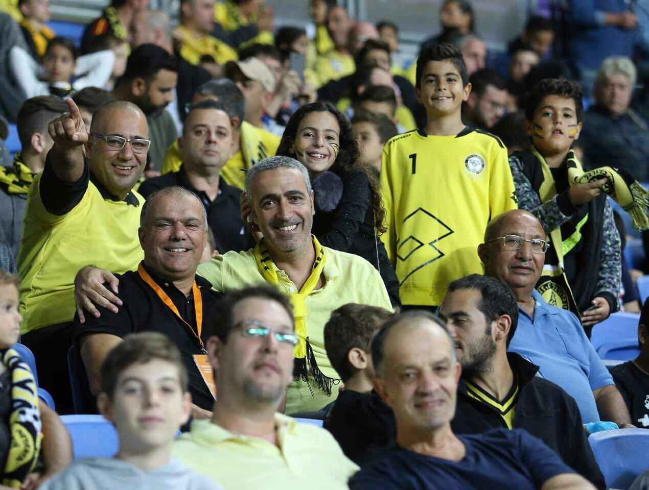 חגיגה צהובה... דדה דהן עם בנו ונכדו במשחק הניצחון של נתניה על המוליכה