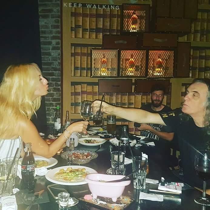 חותמים בנשיקה... צביקה פיק ומאיה בוסקילה אחרי ההופעה המשותפתבכנס עורכי הדין. תמונה מתוך הפייס