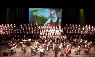 חזרה לבמה מקהלת הישיבה בבית האופרה