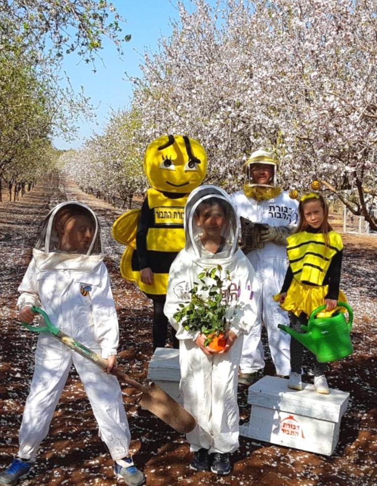 טו בשבט להצלת ענף הדבורים - צילום דבורת התבור