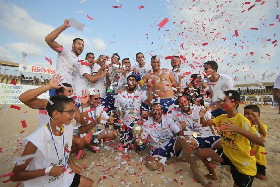יש אליפות... מכבי רימקס נתניה מחזירה את גביע המדינה בכדורגל חופים הביתה. צילום נמרוד גליקמן