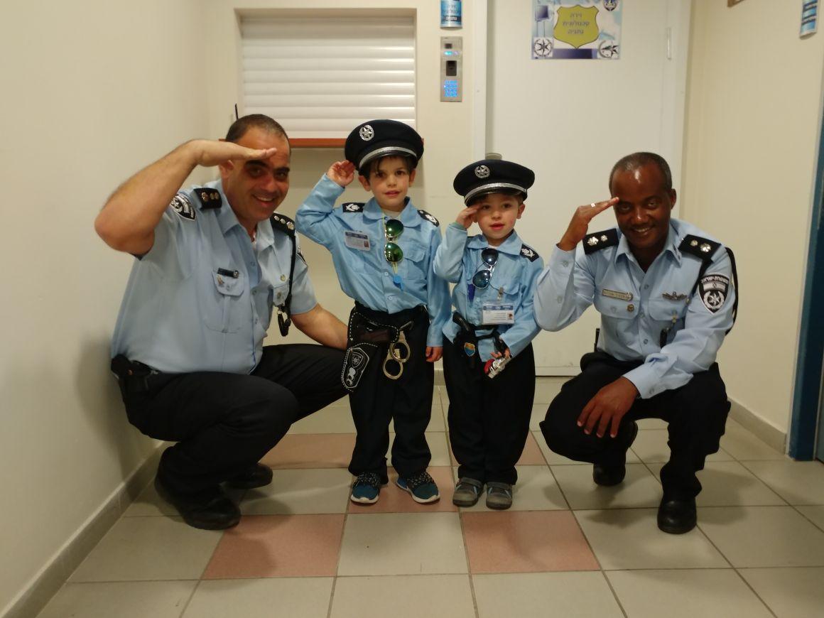 כחולי המדים... תעודות שוטר וסיור בתחנה השוטרים והמחופשים