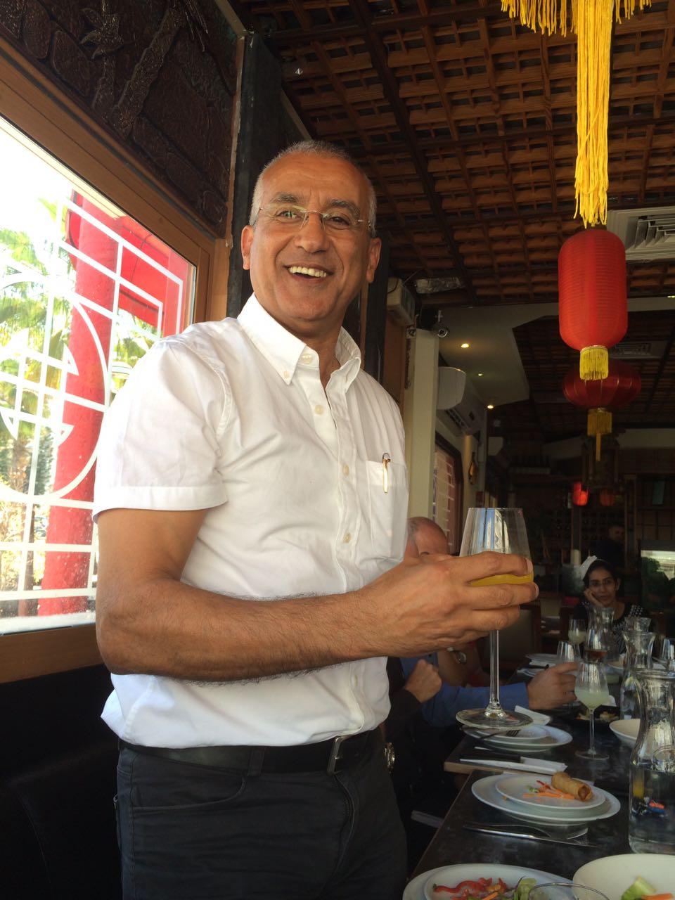 כמיטב המסורת... עוד רפאל תירם בהרמת כוסית בשם החג במסעדת טייפה