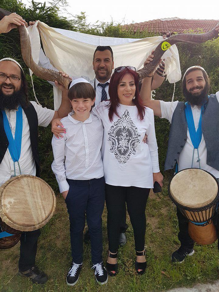 כשמחת בית השואבה... משפחת רובים בטקס בר מצווה מרגש עם הפייטן אלי טייאר והצמד ניר ומשה