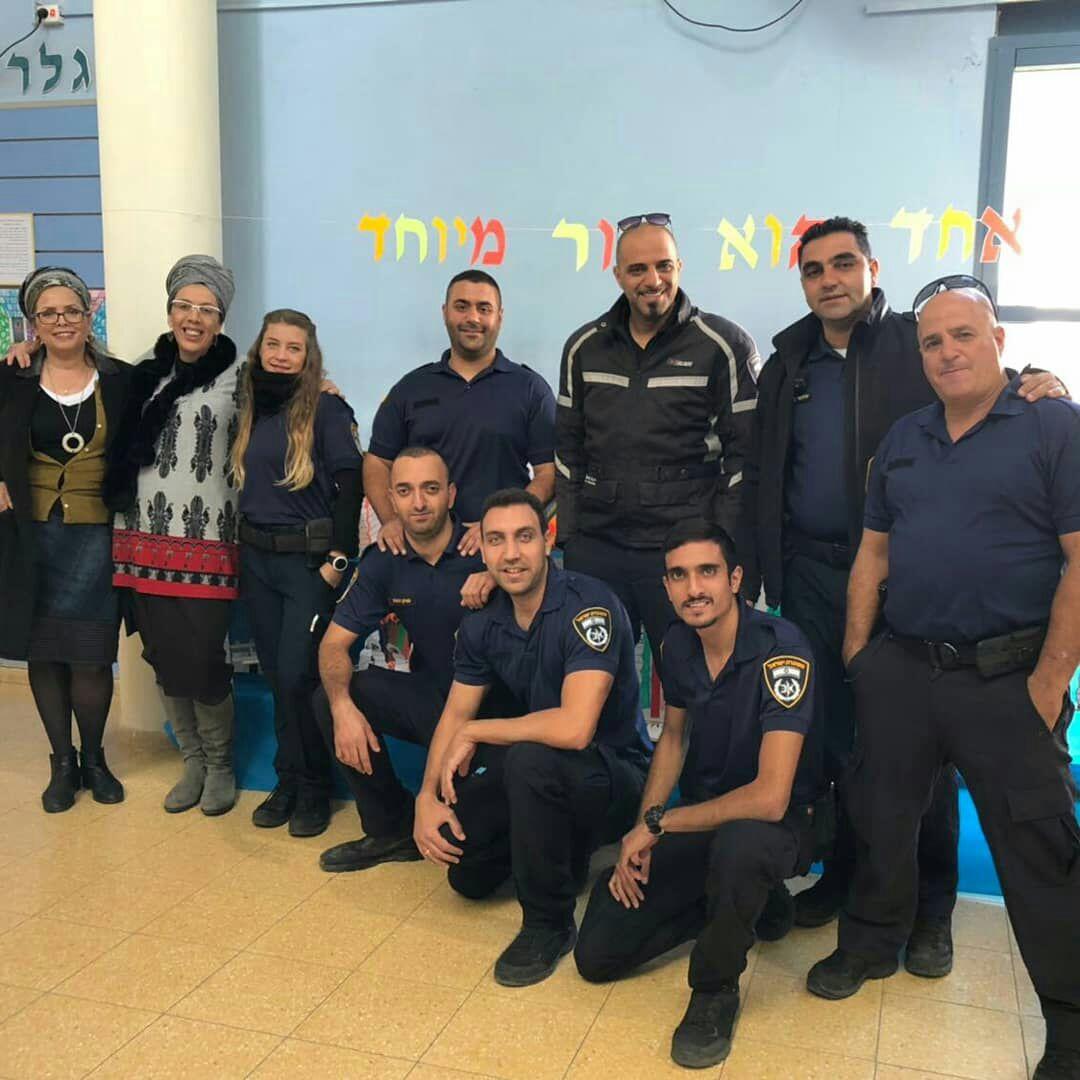 למען הקהילה...שוטרי יחידה סיור רגלי בבית ספר מורשה בשם החג