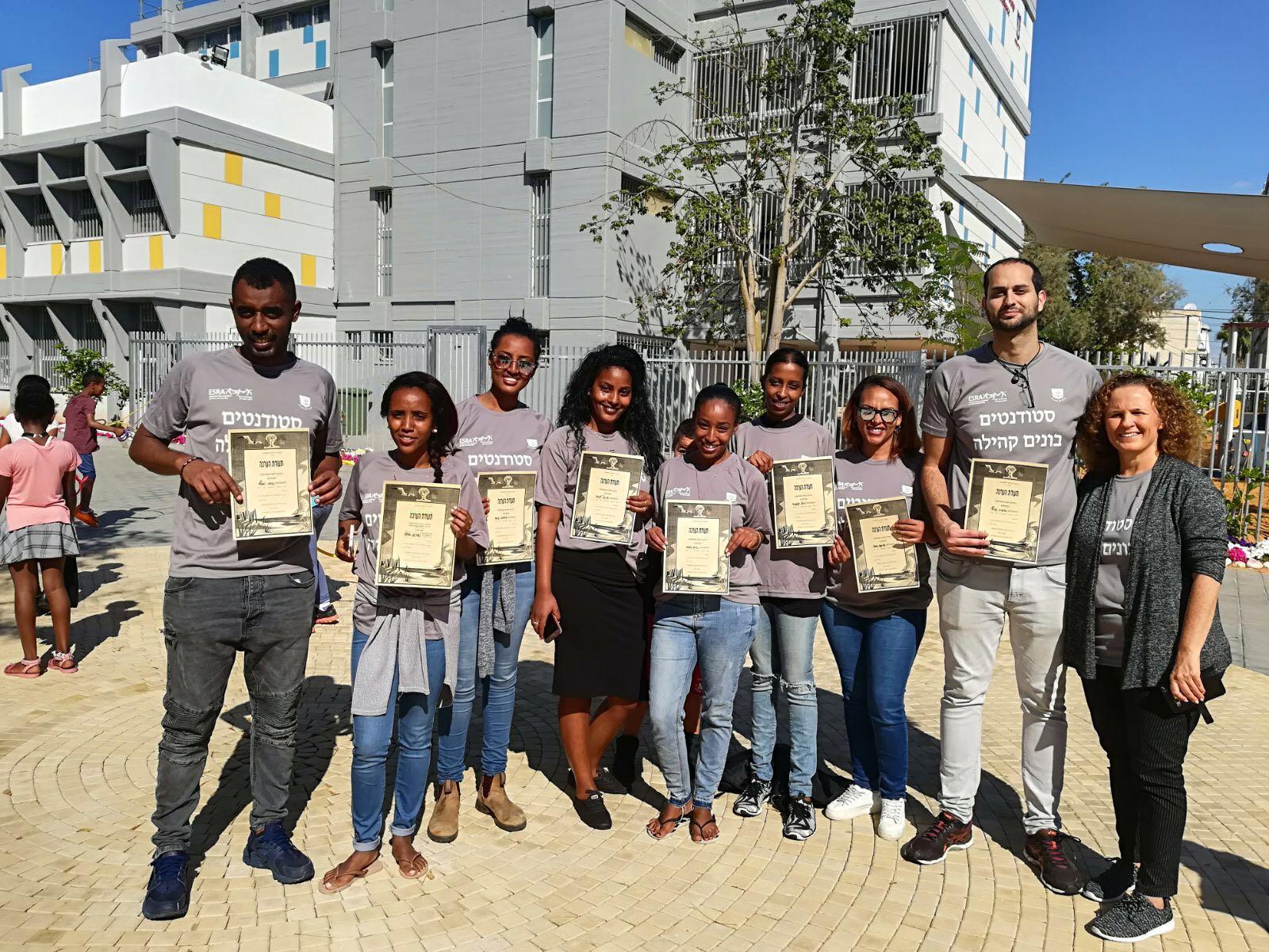 מוקירים ומעריכים... הסטודנטים של פרוייקט בונים קהילה מקבלים תעודת הערכה ממנהלת ביהס נורדאו