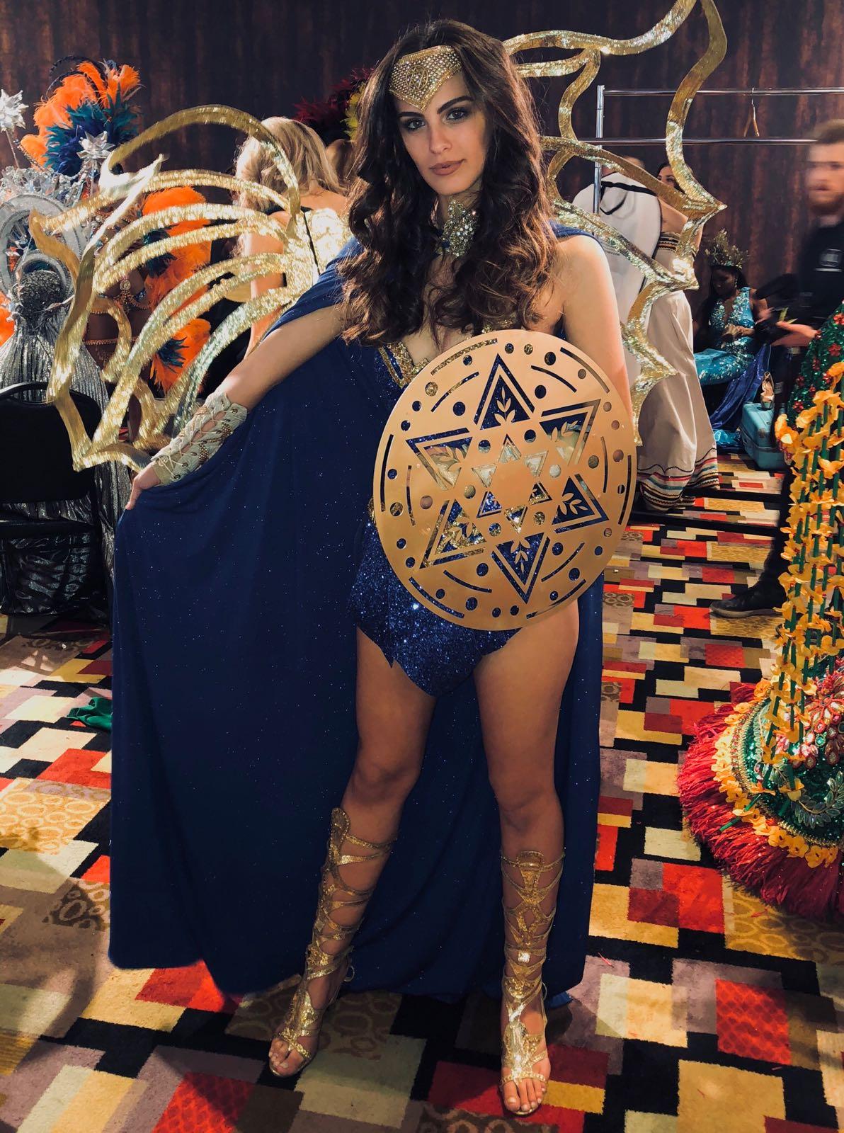 מחזיקים לך אצבעות... אדר גנדלסמן בתלבושת וונד וומן מתכוונת לתחרות מיס יוניברס בווגאס צילום יחצ
