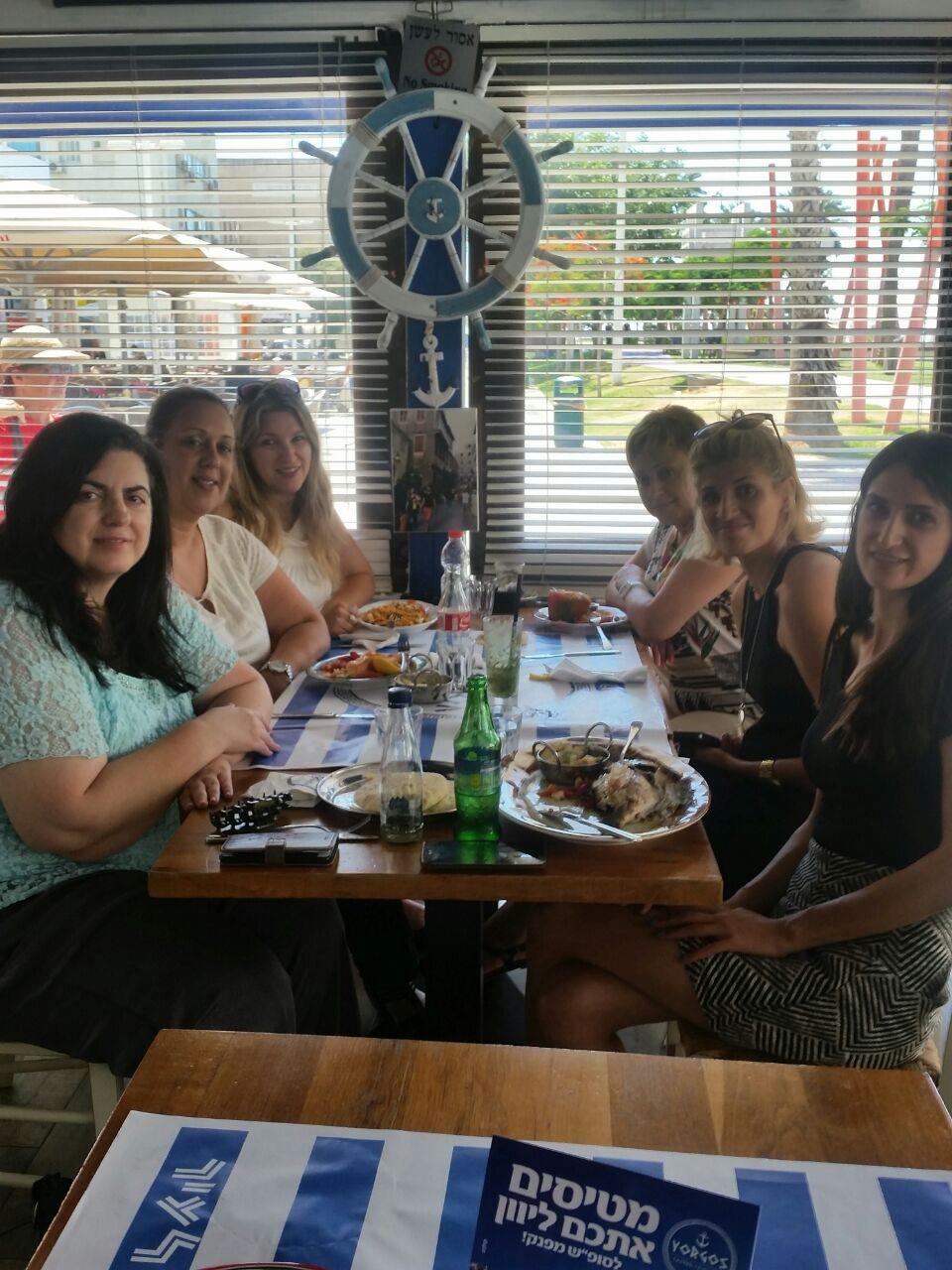 מקדימות את הסופש... צוות בנק לאומי למשכנתאות פותחות שולחן במסעדת יורגוס שבכיכר
