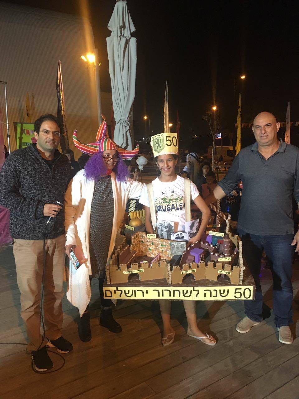 מקום ראשון... ליאל ותחפושת 50 שנה לשחרור ירושלים בתחרות התחפושות בקרית השרון