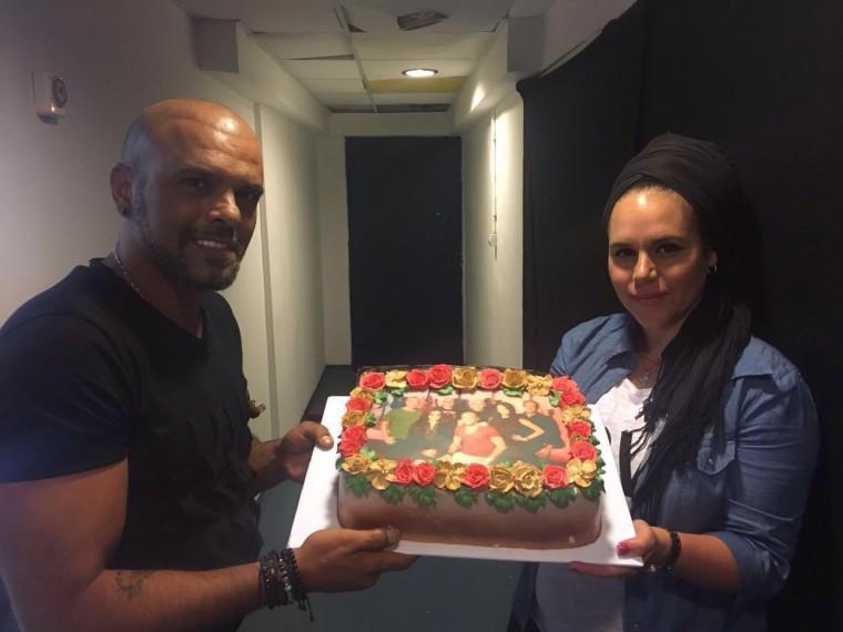 עוגה במתנה... מעצבת העוגות אורטל סלהוב מפתיע את אייל גולן בתוכניתו בערוץ 24