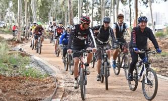 פאמפטרק אלי דלל מוביל קבוצת רוכבי אופניים