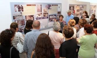 קיץ במוזיאון חוה אפל מדריכה בתערוכה ההיסטורית