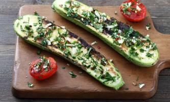 zucchini grigliate con erbe su tagliere di legno